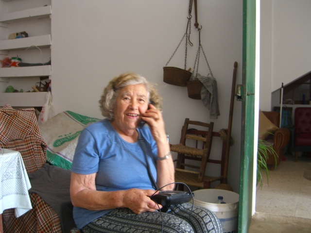 Maria do Rósario received a phone call from her grand daughter. She is telling her what a lovely birthday party she is having.